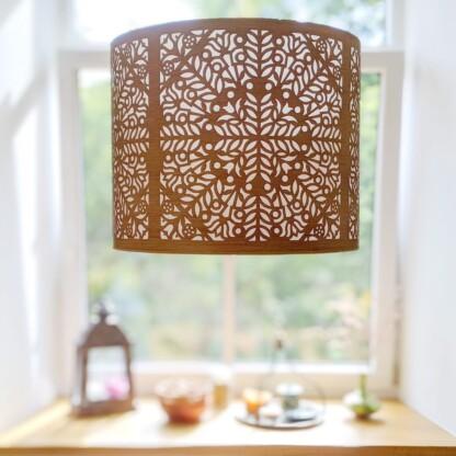 pakabinamas šviestuvas medinis gaubtas palangė