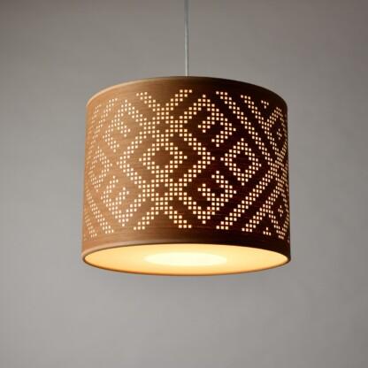 pakabinamas šviestuvas su baltiškos juostos dekoru