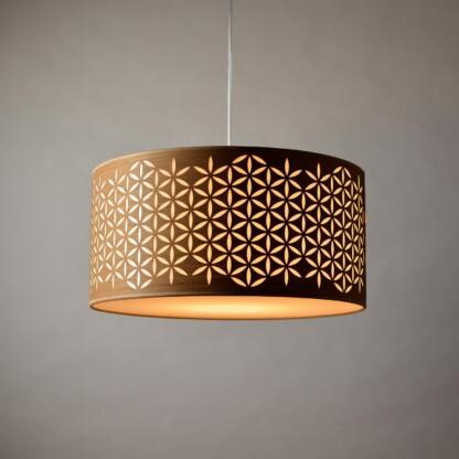 Medinis pakabinamas šviestuvas su tradicine lietuviška ornamentika.