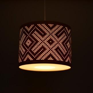 Pakabinamas šviestuvas su baltiškos juostos raštu