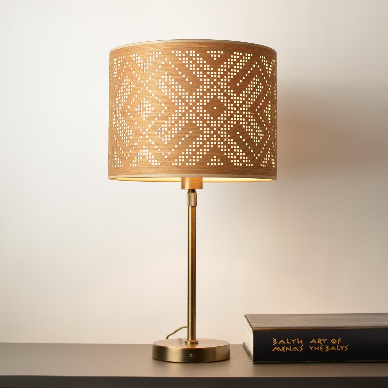 stalinis šviestuvas su baltiškos juostos dekoru medinis gaubtas