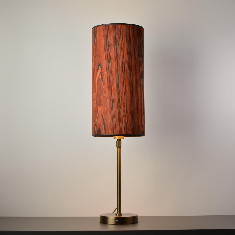 stalinis šviestuvas medinis gaubtas žalvarinis stovas raudona medienos spalva