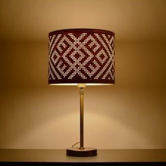stalinis šviestuvas šviesaus ąžuolo spalvos gaubtas baltiškas ženklas tamsoje