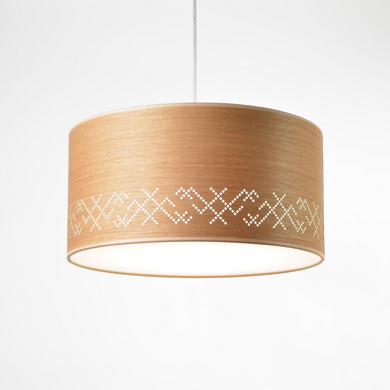 medinis pakabinamas šviestuvas baltiški raštai