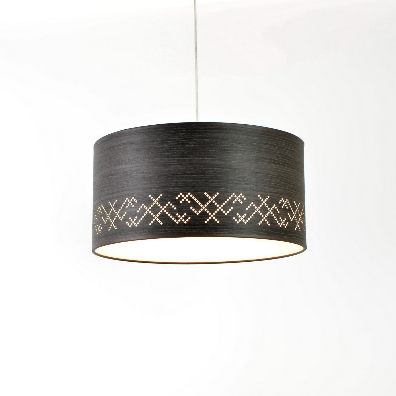 Pakabinamas medinis šviestuvais su baltiškais ornamentais